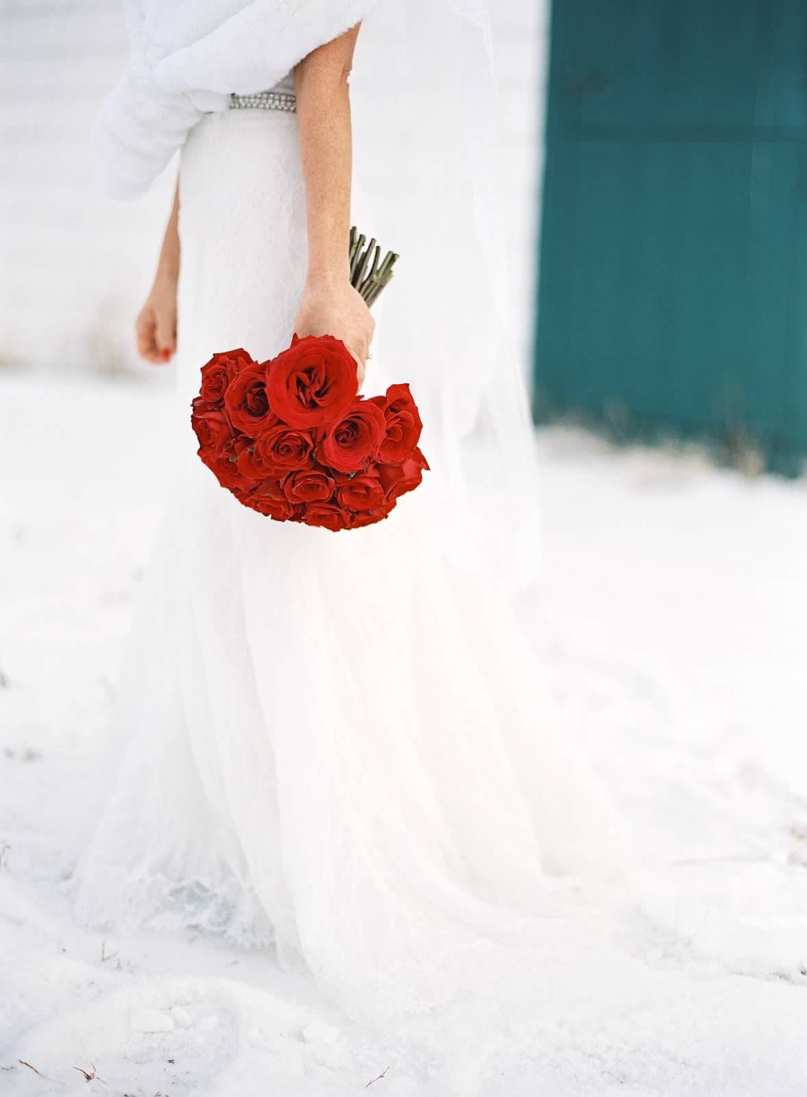 red roses, winter wedding